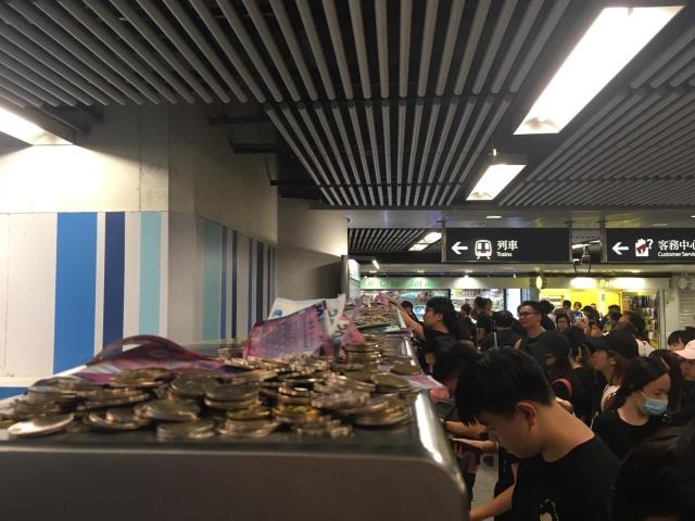 金鐘站內的售票機上放滿硬幣及紙幣_2.jpg